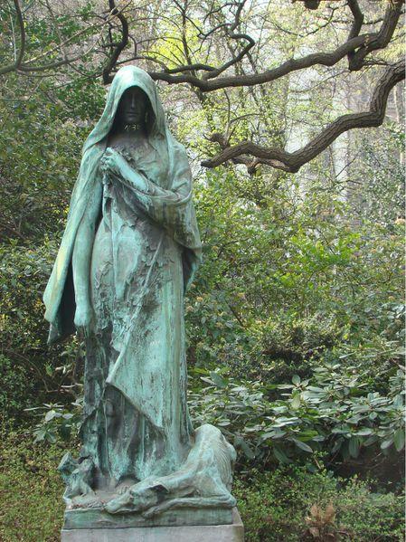 Une statue qui fait peur au jardin botanique de bruxelles - Statue de jardin belgique ...