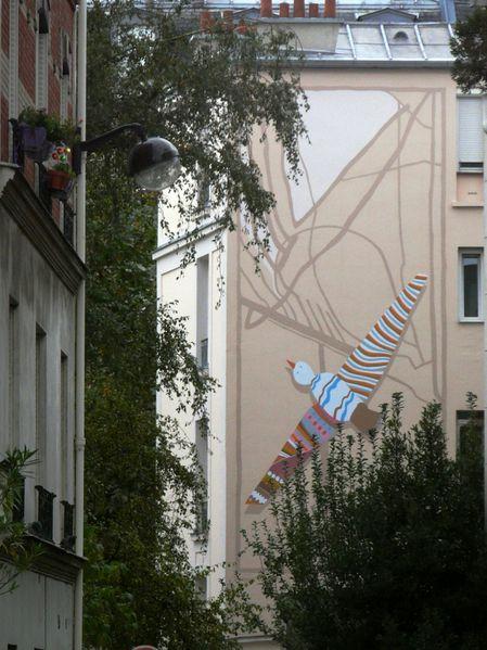 Vue d'ici, cette fresque apporte une fraîcheur inattendue au quartier!