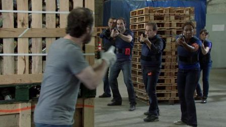 Marc-distrait-les-policiers-Helena-s-echappe-BlogOuvert.jpg
