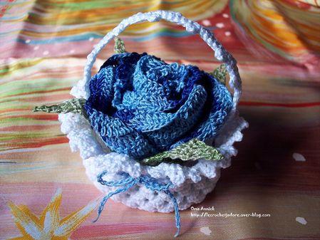 panier-fleuri-bleu-crochet-decoration-cadeau