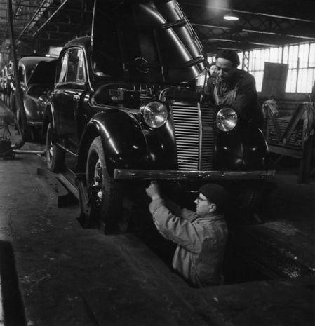 Doisneau Renault-Ouvrier-dans-la-fosse-1945