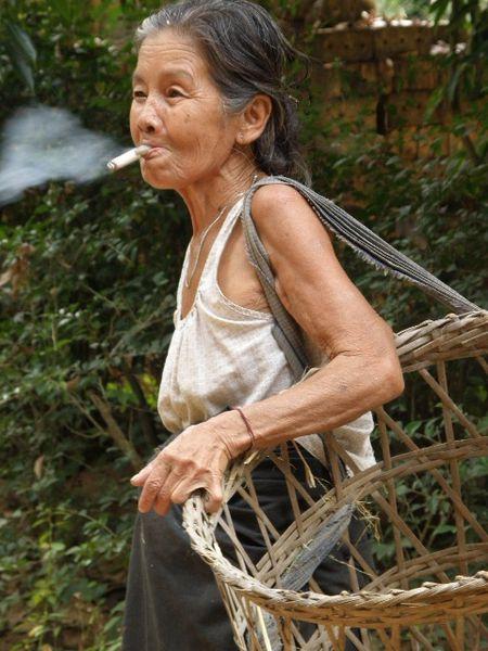 Moulmein Ile de Bilu Gyun Femme fumant