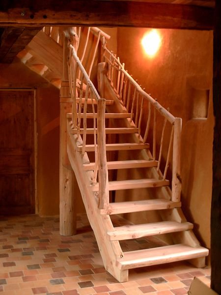 Les escaliers en rondins bruts bruno courty fustier for Escalier rondin bois