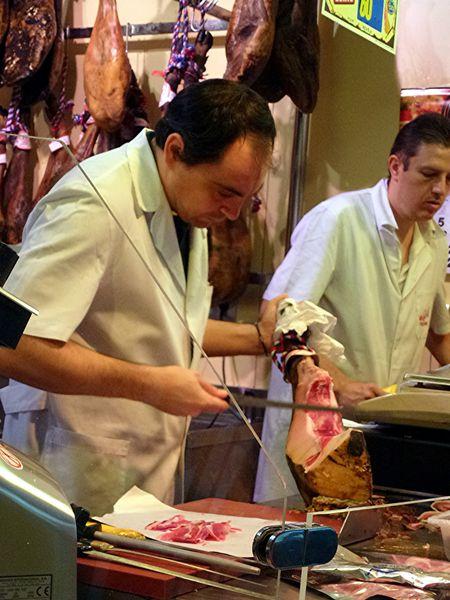 SEVILLA----Mercado-de-la-Encarnacion---decoupe-de-jambon.JPG