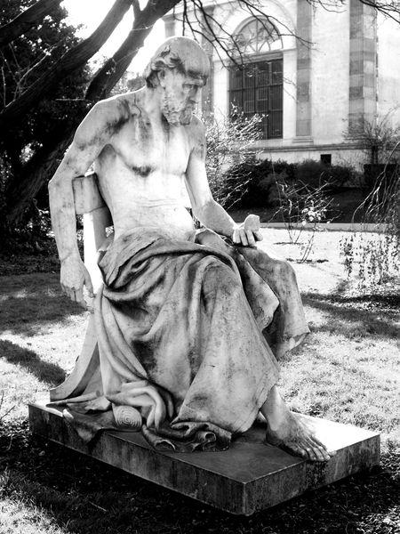 Statue-devant-le-robinier-de-Robin.jpg