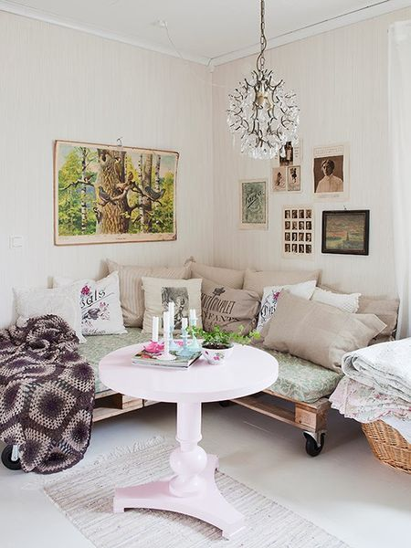 pink-painted-coffee-table-and-pallet-sofa-DIY.jpg