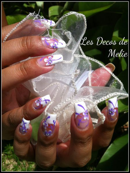 nail-art-french-blanche-decoree-de-fleurs-facon-Sa-copie-1.jpg