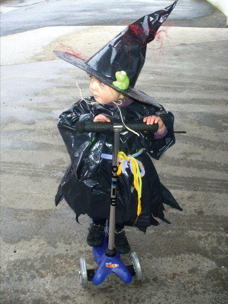 Déguisement de sorcière avec un sac poubelle