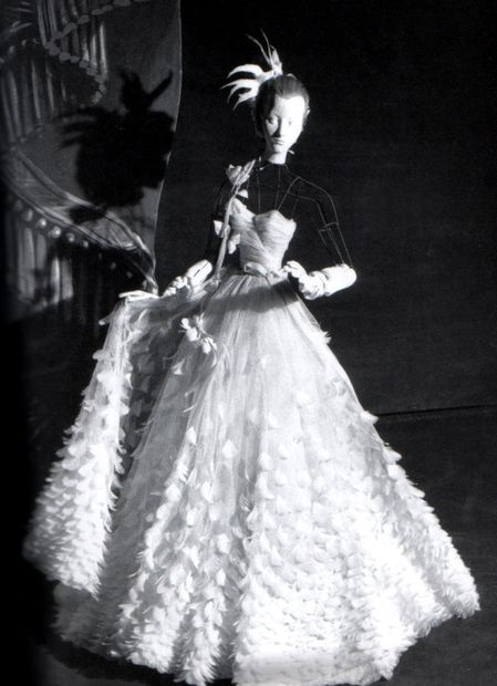 Le-Theatre---Christian-Berard-1946---Robe-Balmain.jpg