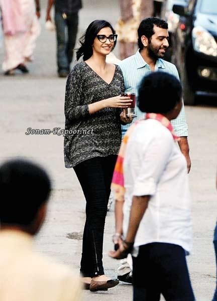 Sonam-Kapoor-spotted-on-the-sets-of-Ranjhanaa.jpg