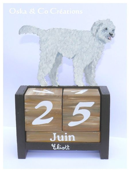 Caniche-croise-bichon-calendrier-perpetuel-bois-peint.jpg