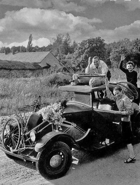 DOISNEAU--La-6-chevaux-des-vacances-Raizeux 1945