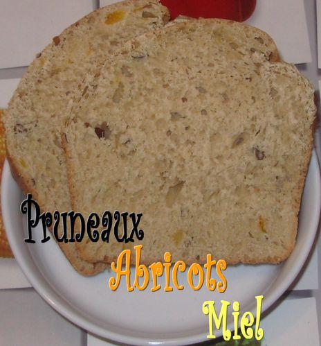 Pain au lait d'amandes, pruneaux, abricots et miel4