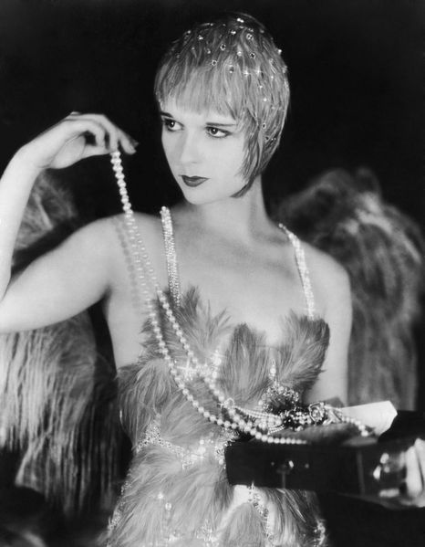 louise-brooks-toying-with-pearls