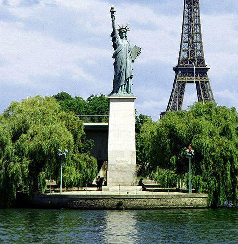 585px-Paris-liberte-eiffel.jpg