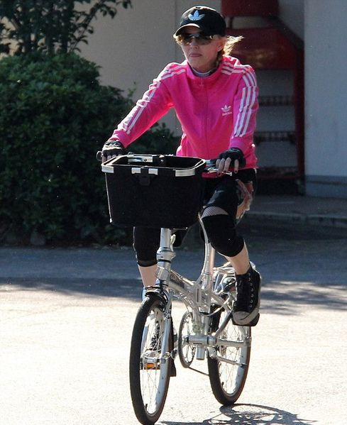 20120616-pictures-madonna-out-and-about-bike-florence-02.jpg