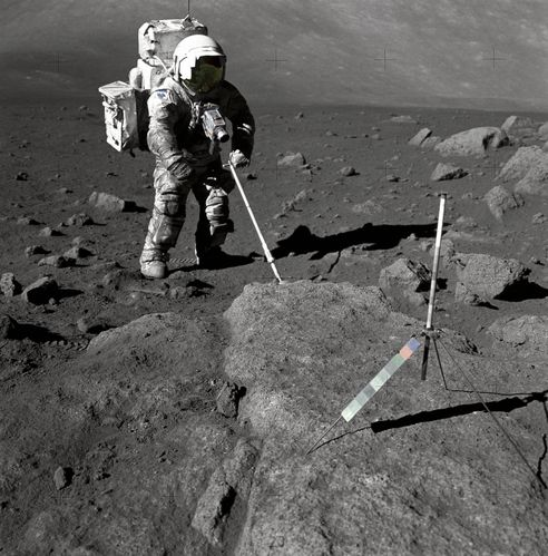 Schmitt_Covered_with_Lunar_Dirt_-_GPN-2000-001124-copie-2.jpg