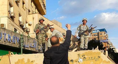 L_-_armee_egyptienne_prend_le_parti_du_peuple_photo_Reute.jpg