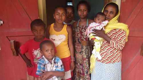 01 madagascar donne in casa