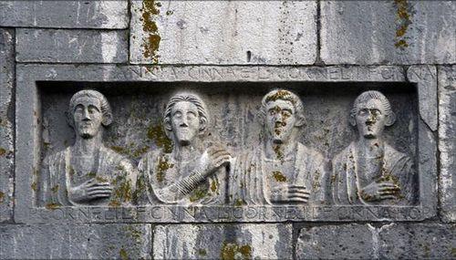 637d2 Venosa, basilique normande, pierres réutilisées