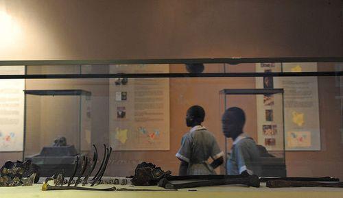 des-ecoliers-kenyans-devant-un-squelette-presque-entier-d-h
