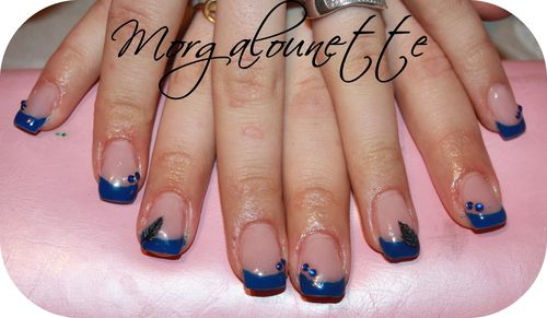pose en gel french bleue nail art plume Morgalounette (1)