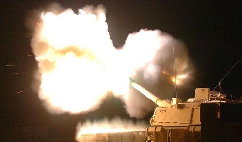800px-M109A6_Paladin_night_fire.jpg