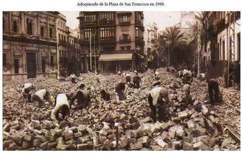 1960-adoquinado de la plaza san francisco(sevilla)