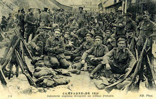 Infanterie anglaise occupant un village français.