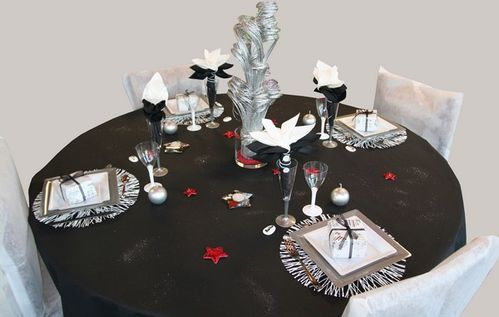 d co de table pour le r veillon noir argent et rouge. Black Bedroom Furniture Sets. Home Design Ideas