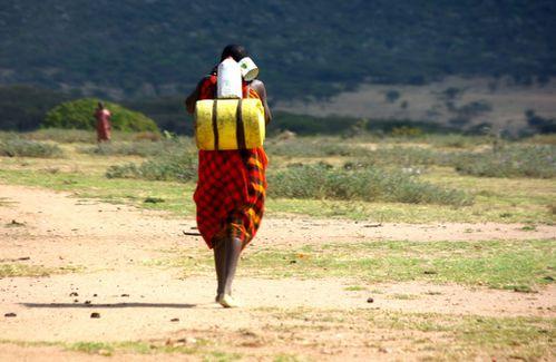 26 Kenya… Masai Mara… Porteuse d'eau