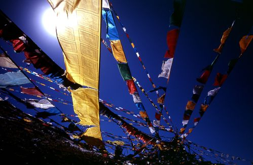 Blue_sky_prayer_flags_TIBET.jpg