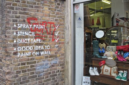 Londres street-art Bricklane message spray5
