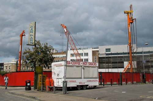 palissade-rouge-Londres-Hackney-grues.jpg