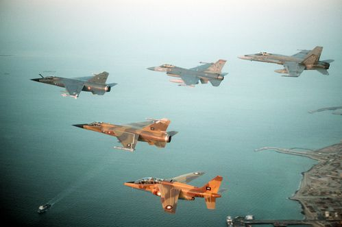Multinational group of fighter jets during Operation Desert Shield - PHOTO : http://fr.wikipedia.org/wiki/Fichier:Multinational_group_of_fighter_jets_during_Operation_Desert_Shield_2.JPEG