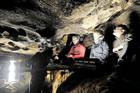Equipe-scientifique-grotte-du-sorcier.jpg