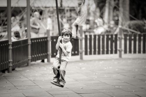 enfant-joue-tire-fesse-pied.jpg