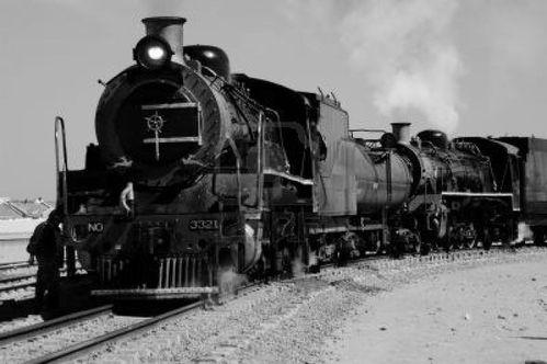 470220-noir-et-blanc-de-train-a-vapeur-d-39-epoque-se-prepa.jpg