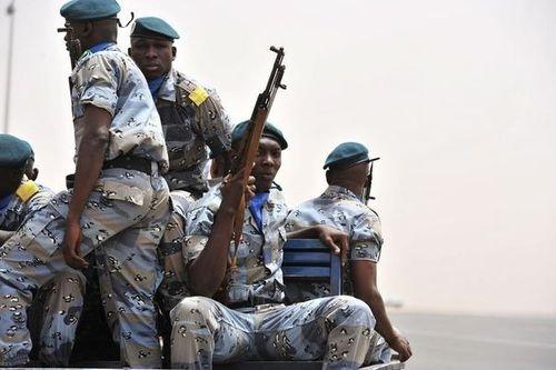 298125 une-patrouille-de-soldats-maliens-a-bamako-le-29-mar