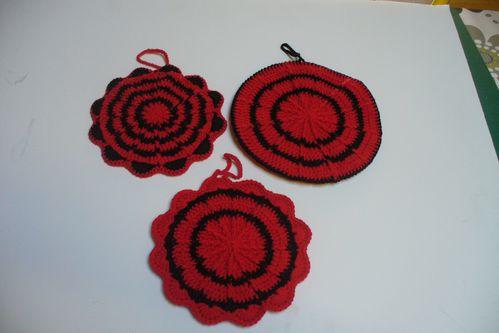 maniques pour une cuisine rouge et noire