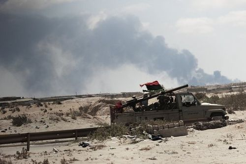 758455_des-rebelles-libyens-en-pick-up-se-dirigent-vers-la-.jpg