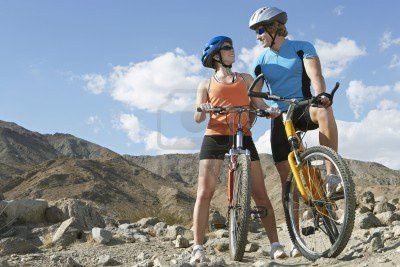 3812537-en-couple-de-jeunes-gens-a-bicyclette-dans-les-mont