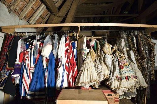 329683_des-costumes-des-folies-bergere-dans-le-grenier-du-c.jpg