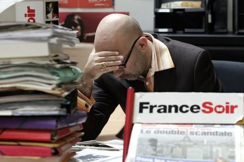 58412_journalist-sits-at-desk-in-offices-of-french-daily-fr.jpg