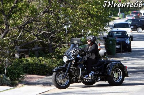Rides Johnny Hallyday sa moto photo du 11.avril.2011 n1