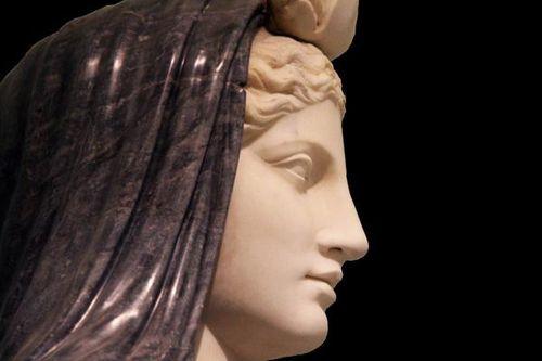 495j2 Naples, musée archéologique, Isis