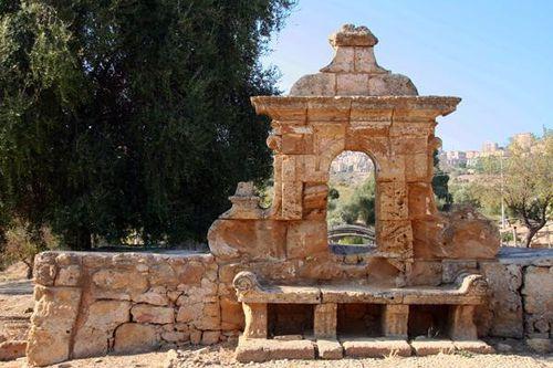 593i3 Agrigente, fontaine du gymnase
