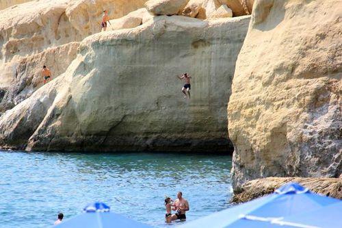 733d2 plongeur, falaises de Matala (Crète)