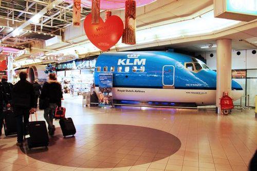 784b1 dans l'aérogare d'Amsterdam Schiphol