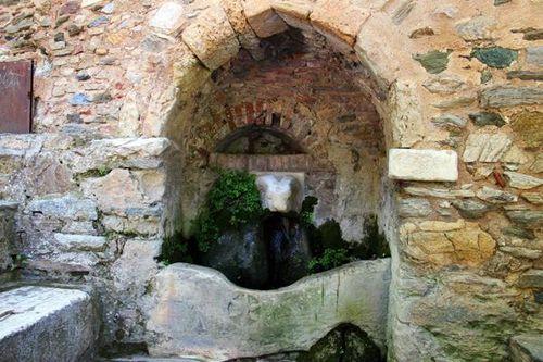 804f1 fontaine derrière le monastère de Kaisariani